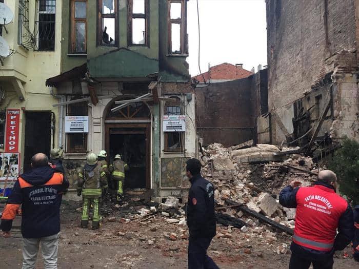 İstanbul Fatih'de bir bina çöktü