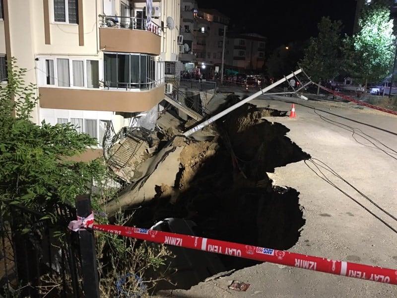 İzmir'de İstinat Duvarı Çöktü, Yolda Göçük Oluştu